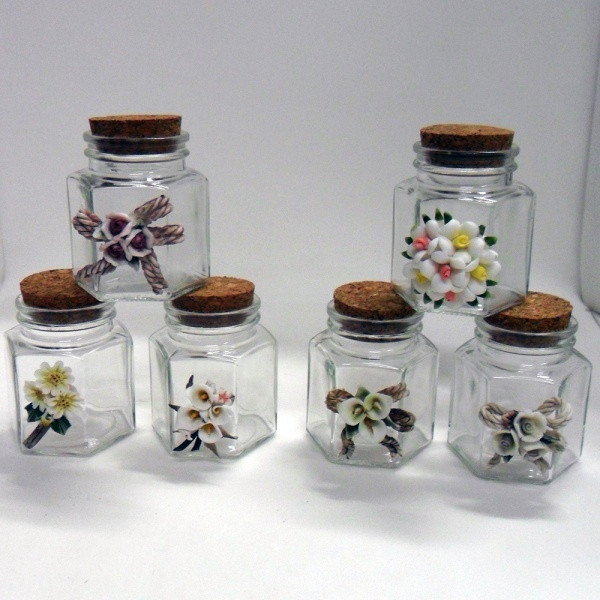 Barattolo in vetro, modello esagonale, con tappo in sughero e fiori in porcellana stile capodimonte
