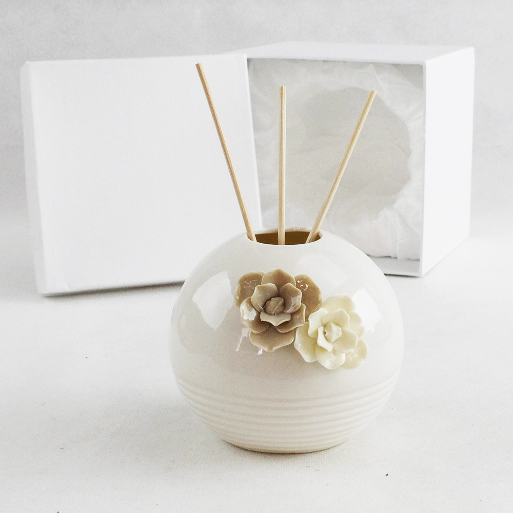Bomboniera Profumatore tondo in ceramica bianca con fiori panna e tortora