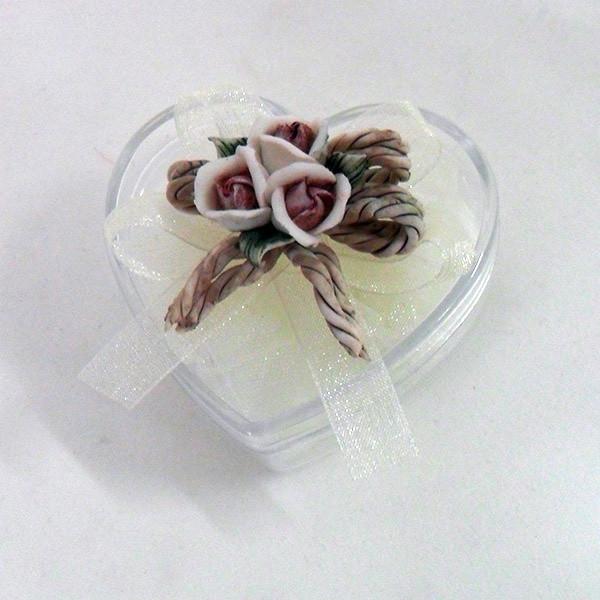Scatolina cuore in plastica rigida con fiore in porcellana