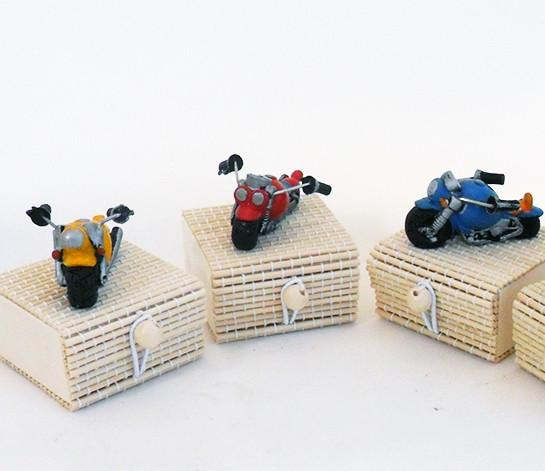 Scatoline in bambu con moto in resina