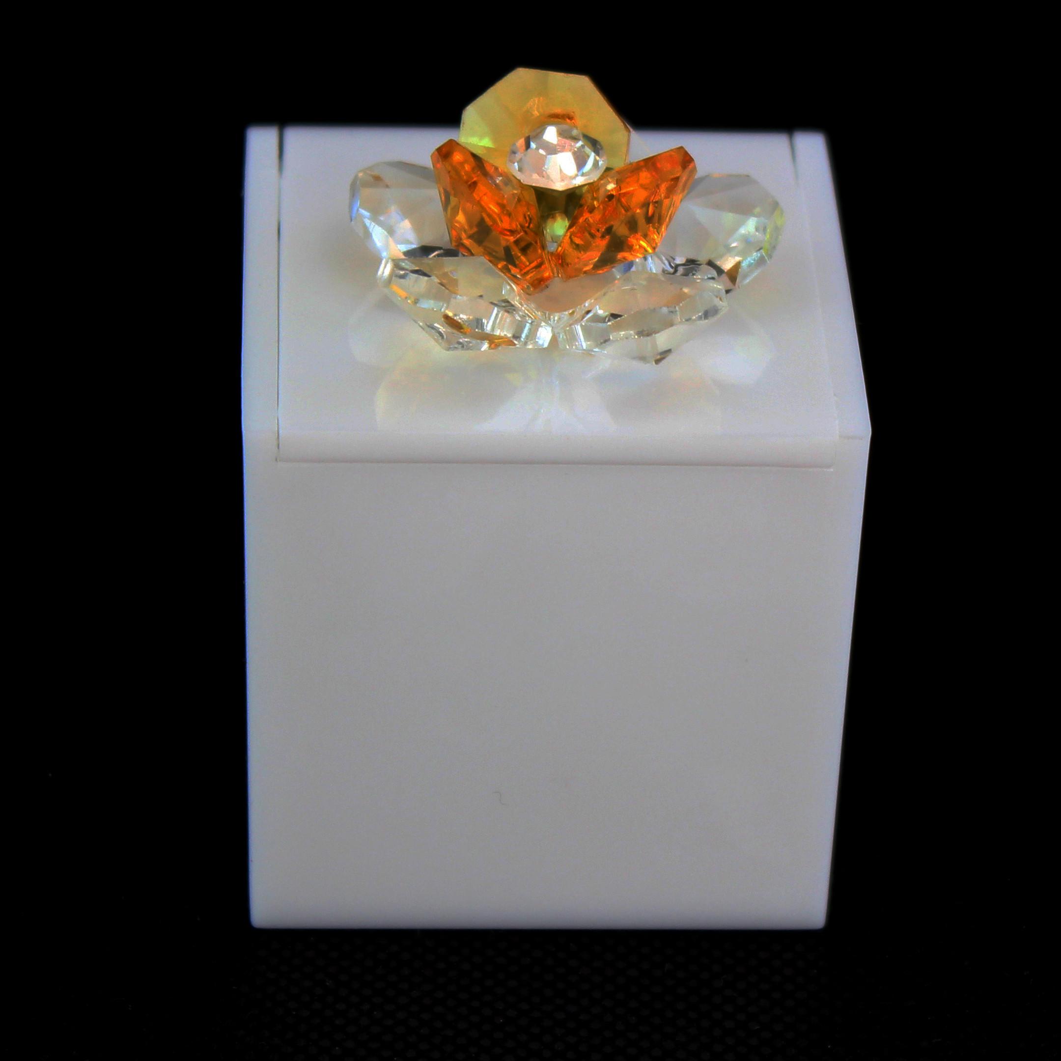 Scatolina in plexiglass bianco con fiore in cristallo_Giallo