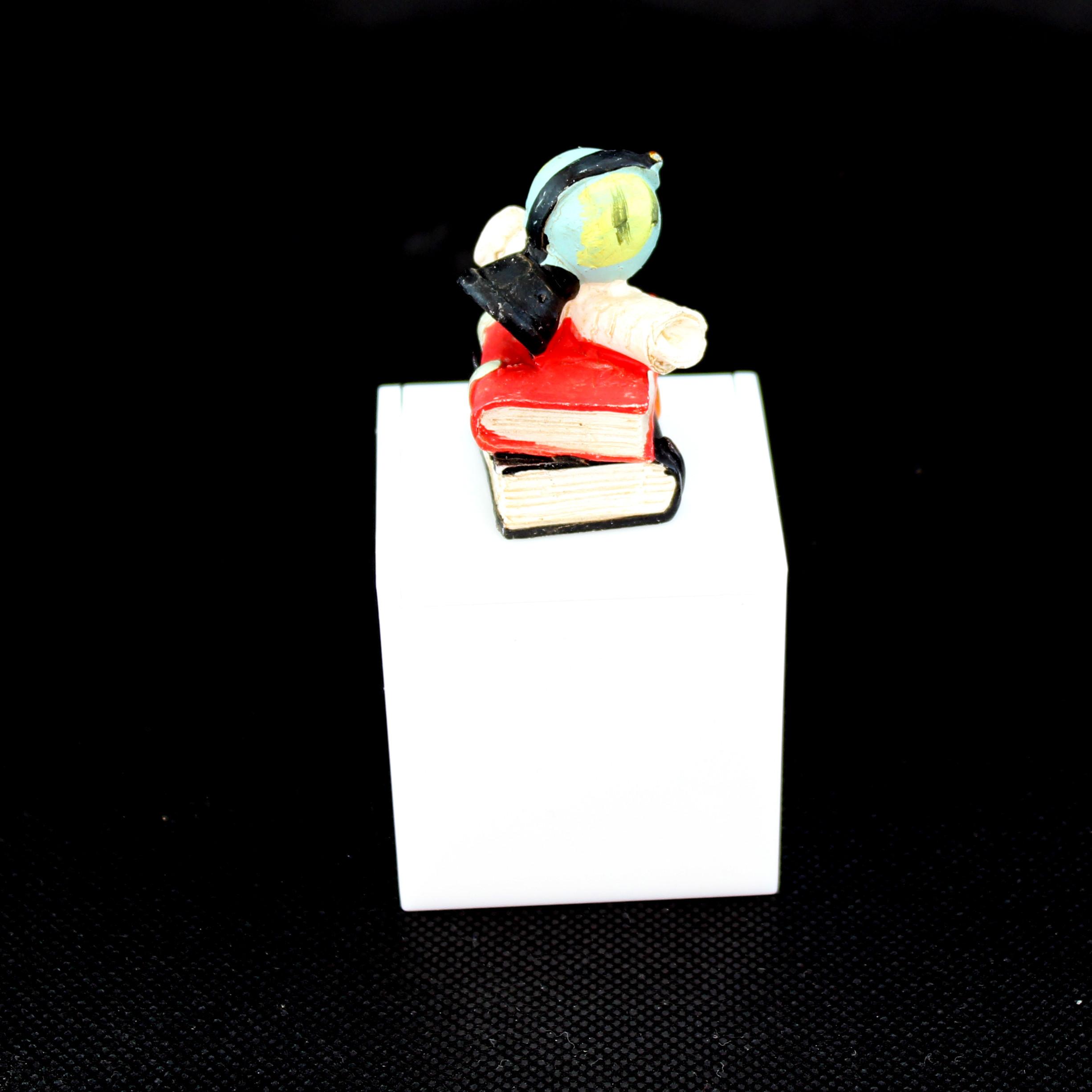 Scatolina in plastica bianco per laurea_Libri con Mappamondo