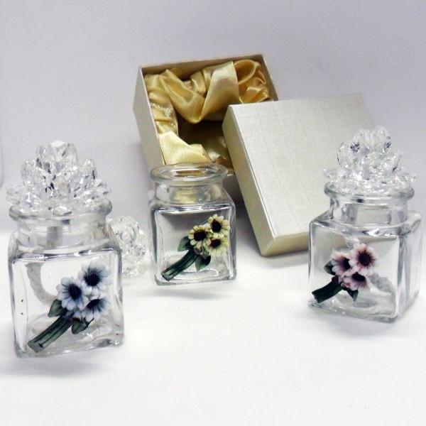 Profumatori con fiori in cristallo e margherite in porcellana