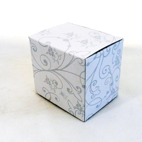 Scatola in cartoncino, di colore bianca e grigio chiaro